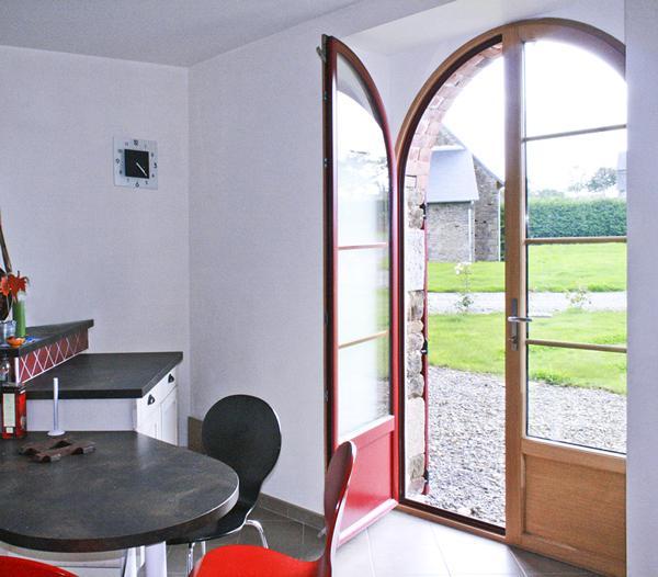 Deco exterieure on ose les menuiseries rouges maison for Fenetre rouge