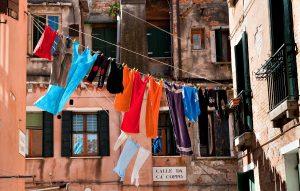 Linge coloré qui sèche dans la rue