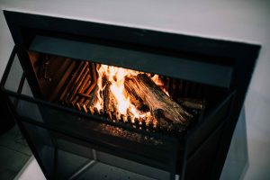 Un feu de bois dans le foyer d'un poêle
