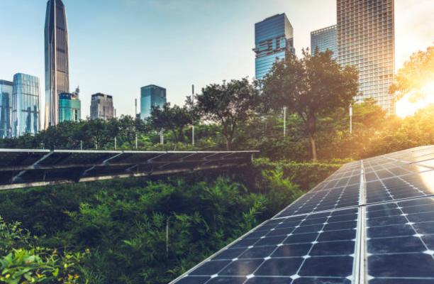 Panneaux solaires et verdure au milieu du centre d'affaires d'une grande ville