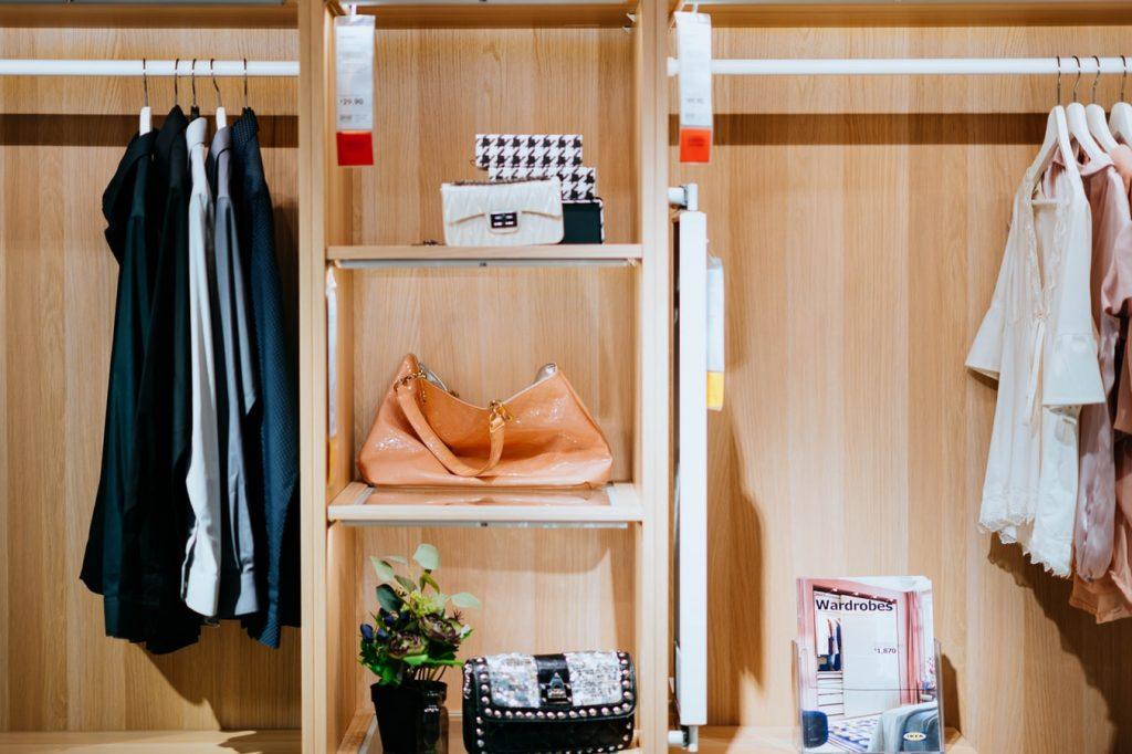 Vêtements et accessoires rangés dans un dressing