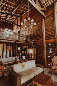 intérieur de chalet en bois avec décoration typique