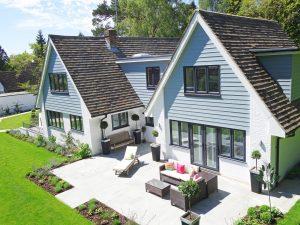 Grande maison avec une terrasse