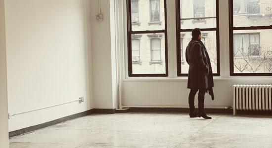 personne regardant par la fenêtre dans une pièce carrelée vide
