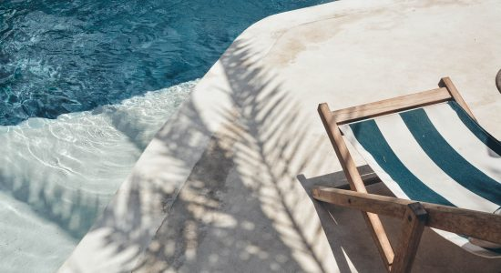 transat au bord d'une piscine