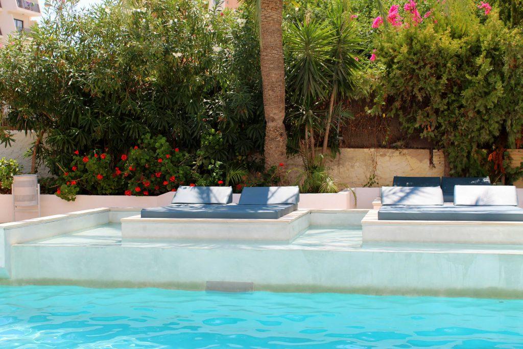 piscine avec lits et bains de soleil
